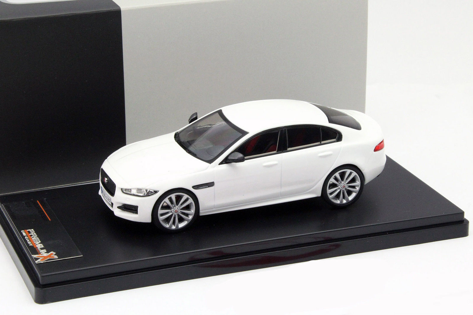 jaguar xe r sport 2015 white die cast mod le de collection premium x. Black Bedroom Furniture Sets. Home Design Ideas